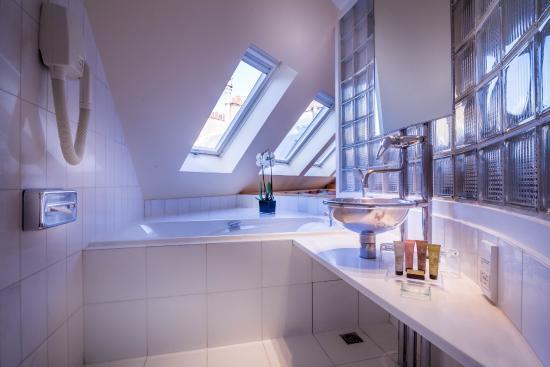 Salle de bains CHAMBRE DE LUXE - Picture of L\' Hotel Pergolese Paris ...
