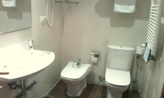 Carmen Hotel: Baño