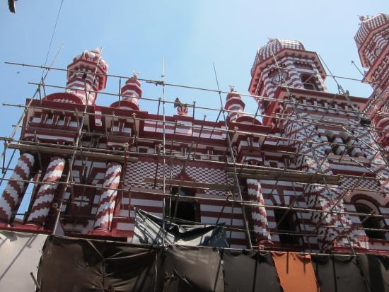 Jami Ul-Alfar Mosque : Мечеть в строительных лесах