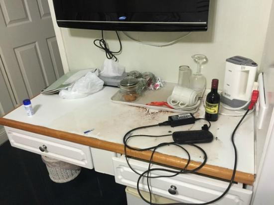 Victoria Place Guest House : Water on the desk where laptop and ipad had been plugged in