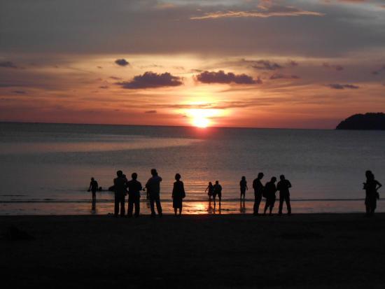 Borneo BeacHouse: Sonnenuntergang am Strand