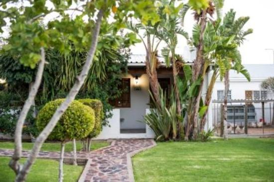 Kleinplasie Guesthouse : The paved pathway to Chalet 3