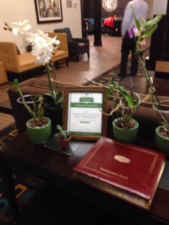 Hampton Inn and Suites Cleveland Airport / Middleburg Heights: Book of nicer area restaurants sits in the lobby area