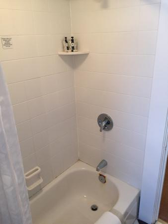 Mid Pines Inn and Golf Club: Shower and bathroom is full of rust and mildew and in great need of a renovation.  Bath products