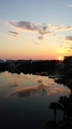 Carillon Beach Resort Inn: Carillon Beach Inn center lake sunset
