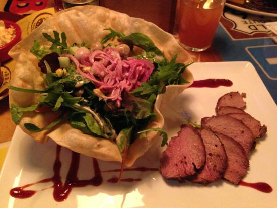 BBQ Longhorn Smokehouse: mein Salat in der Riesentaco Schüssel