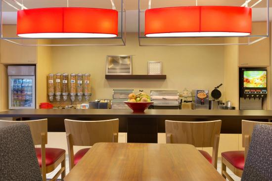 TownePlace Suites Houston Central/Northwest Freeway: Complimentary Breakfast