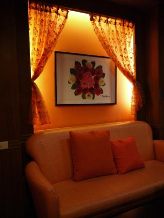 Hotel Honeymoon: Sofa