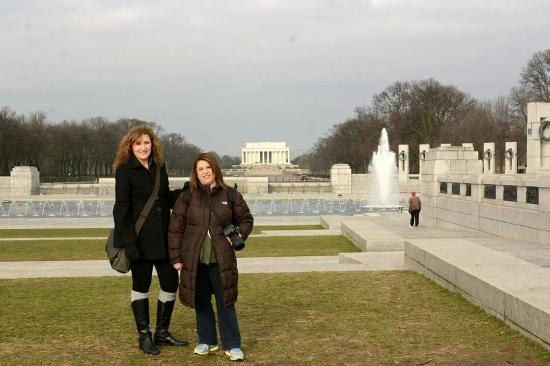 Monumento Nacional de la Segunda Guerra Mundial: Behind us is that Tomb of Abraham Lincoln & the World War ll monument
