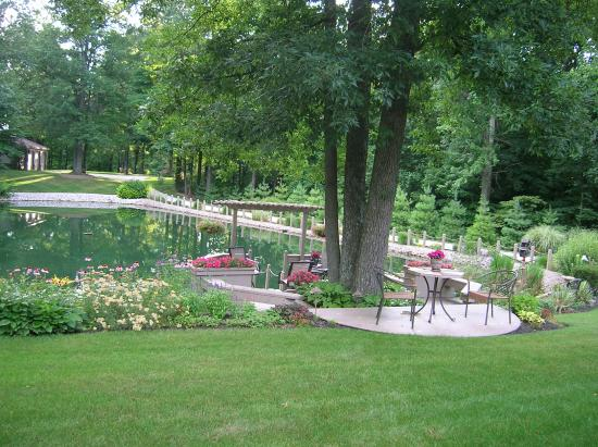 Mary Helen's Bed & Breakfast and Fine Dining: Deck overlooking pond