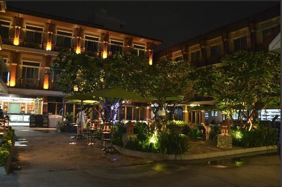 Rambuttri Village Inn & Plaza: Fachada del hotel