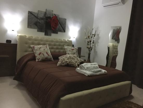 Camera comfort con parquet letto king e bagno con cabina doccia