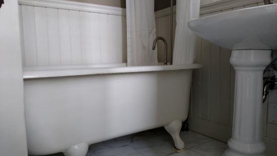 Country House Inn: Claw Foot Tub