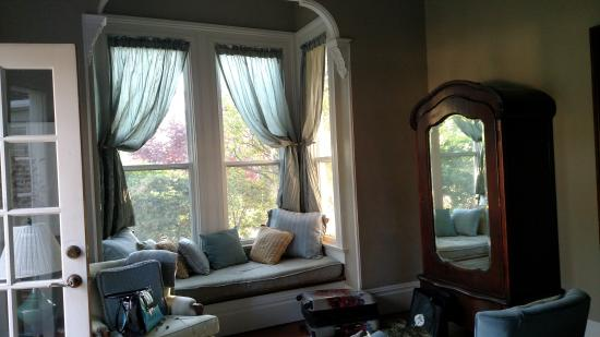 Country House Inn: Window Seat in Bedroom