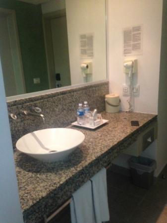 Hotel Los Cocos: El lavabo del baño está fuera del cuarto de baño.