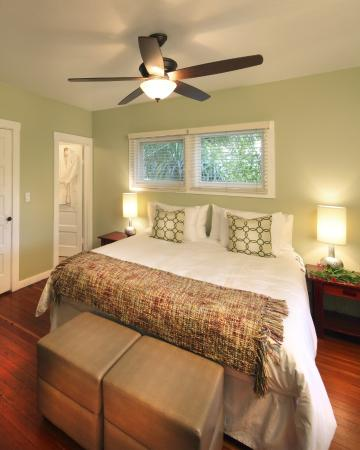 deLorimier Winery & Vineyard Lodging : Vineyard House Bedroom