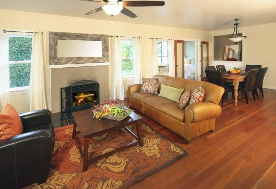 deLorimier Winery & Vineyard Lodging : Common Room with Fireplace