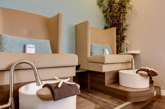 Alliston, Canada: Pedicure Chairs