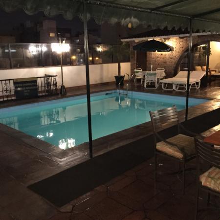 El Doral Apart Hotel: Colazione a bordo piscina