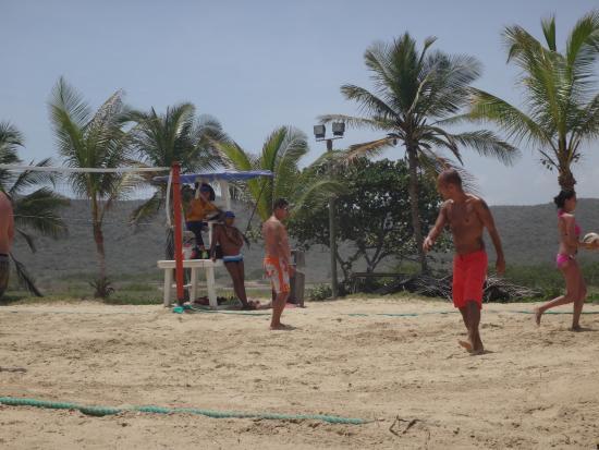 Juegos En La Playa Organizados Por El Personal De Recreacion