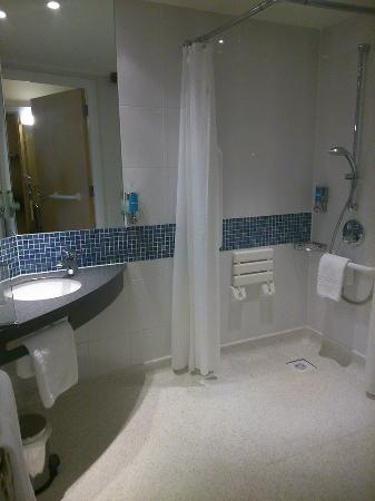 Holiday Inn Express Bedford: walkin shower and all safty aspects for invalids very impressed