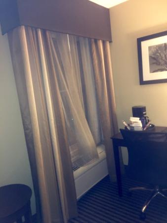 Best Western Plus Mishawaka Inn: Window and computer desk - room 322
