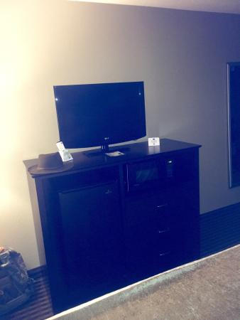 Best Western Plus Mishawaka Inn: Dresser and tv - room 322