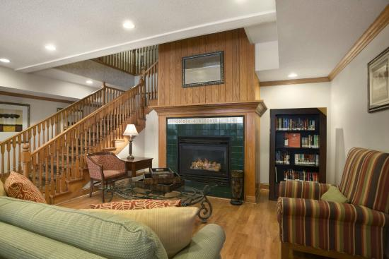 Country Inn & Suites By Carlson, Columbus Airport: Warm, inviting lobby with Read It and Return Library