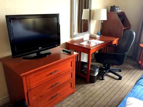 Holiday Inn & Suites Ottawa Kanata: Desk and leather chair