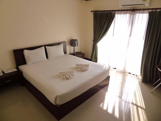 Royal Nakhara Hotel: Nice airy bedroom