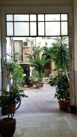 Nicolas Inn: Courtyard in hotel