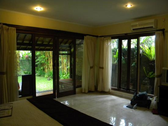Tunjung Mas Bungalows: bedroom