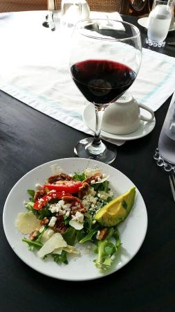 Palouse, WA: Fresh garden salad with warm, toasted pecans. Superb Malbec.