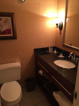 Doubletree by Hilton Charlottesville: Bathroom