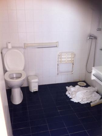Salle de bain sans baignoire ni bac de douche photo de for Salle de bain sans fenetre ni aeration