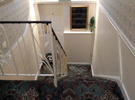 Richmond Hotel: Staircase and lift to rooms