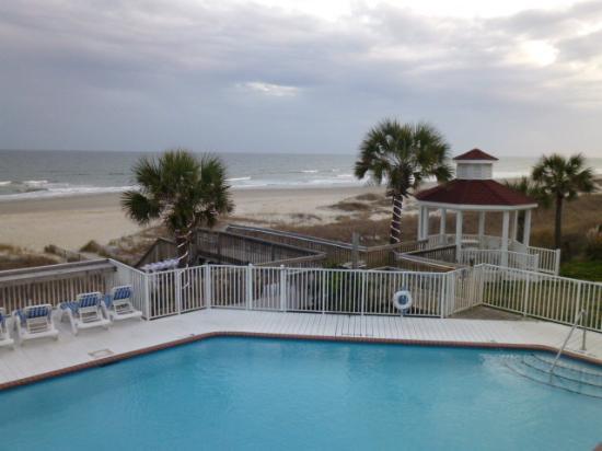 Islander Inn: Pool, gazebo, and beach as seen from our balcony.