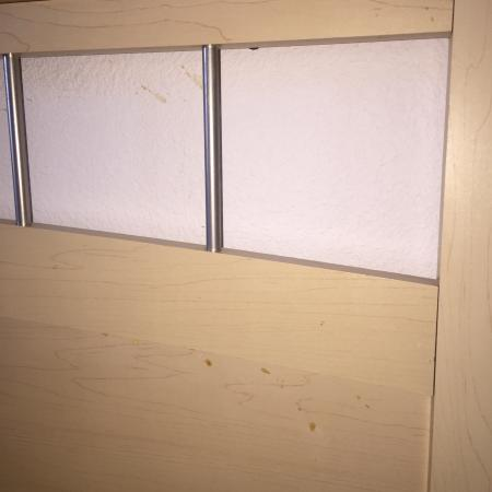 Lamplighter Inn & Suites: Soiled headboard
