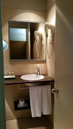 Aparthotel Senator Barcelona: The kitchenette has everything you need, bathroom clean but you will need your own shower gel or