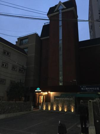 Seoul 53 Hotel : Hotel at night