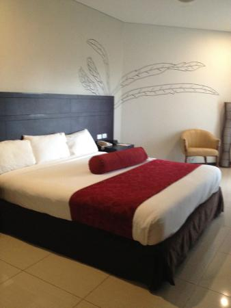 Tanoa Waterfront Hotel: Executive room - large, comfortable bed