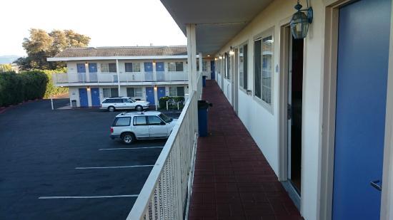 Motel 6 Napa : balkon, achterkant van motel