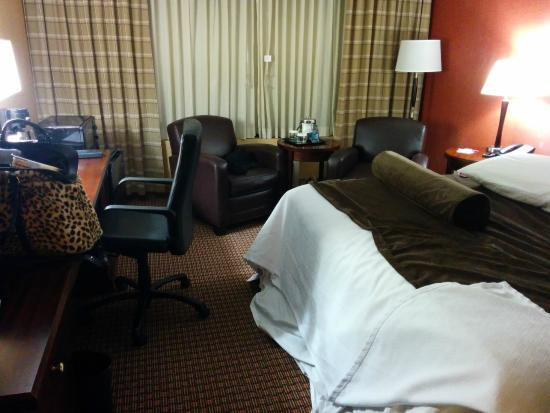 Crowne Plaza Hotel Cleveland South - Independence: Too small space for wheelchair between bed and chair