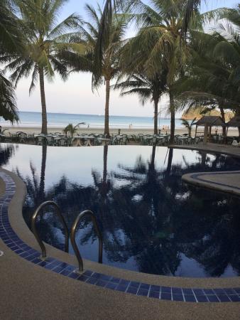 Noble House Beach Resort: Piscina + spiaggia