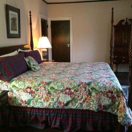Inn at Aberdeen: Bedroom has Jacuzzi bath