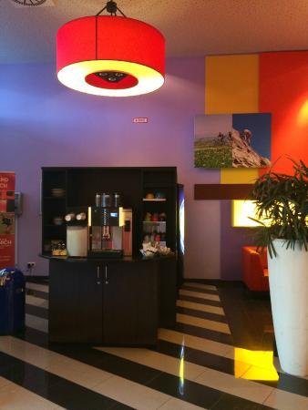 Stay2Munich Hotel & Serviced Apartments: Máquina de café gratis en la recepción