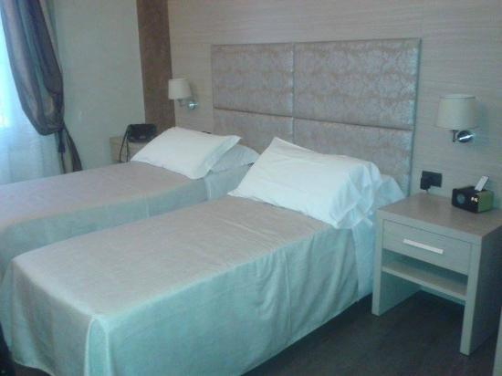 Residenza Castelli: Camera con disponibilità di letti gemelli
