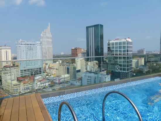 Piscine picture of liberty central saigon citypoint for Caravelle piscine