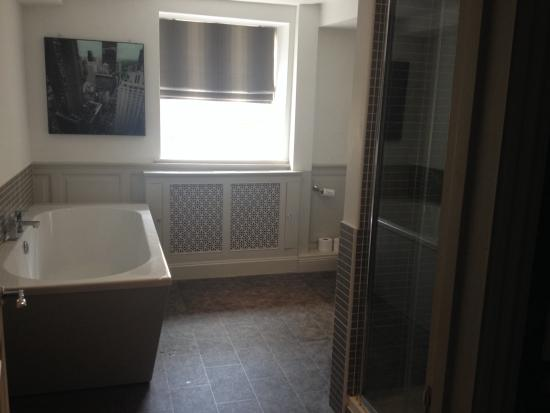 Bell Hotel: Honeymoon sweet bathroom love the bath