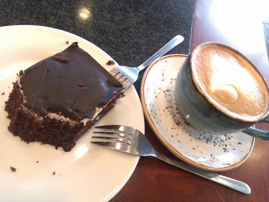 Geirabakarí Kaffihús : Cake and latte